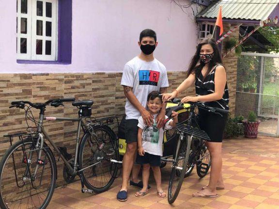 Viajaron en bici por doce días con su hijo para ver a su familia en Garupá