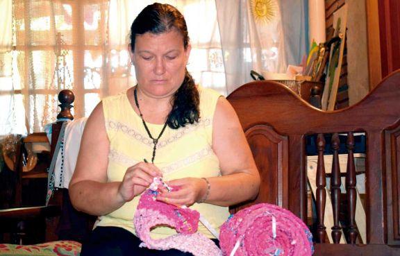 Tras sufrir un cáncer, encontró una salida en el arte del crochet