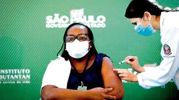 Brasil aprobó el uso de emergencia de las vacunas AstraZeneca y CoronaVac