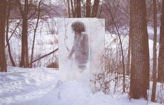 Furor por un cavernícola congelado en un parque