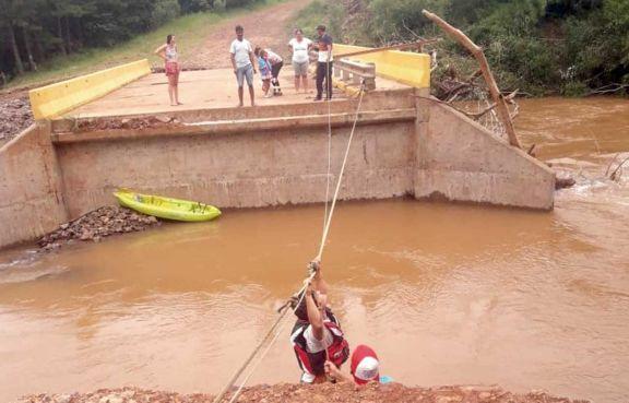 Colonos y turistas aislados por rotura de puentes en San Pedro