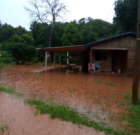 Por las intensas lluvias, debieron asistir a tres familias en Garuhapé