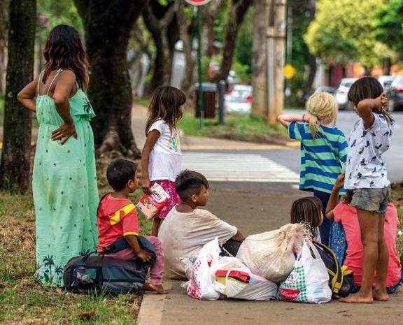 Golpeados por la pandemia, mbyas volvieron a Posadas a vender sus productos