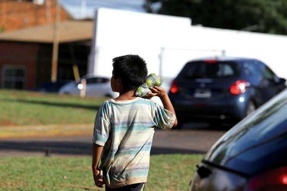 Niños de Mirí Marangatú  piden dinero en Iguazú