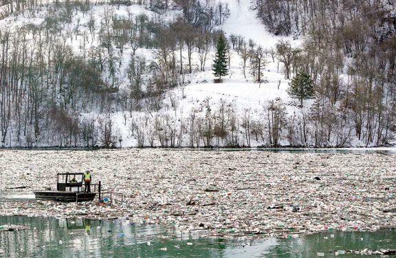 Una isla plástica en lago serbio
