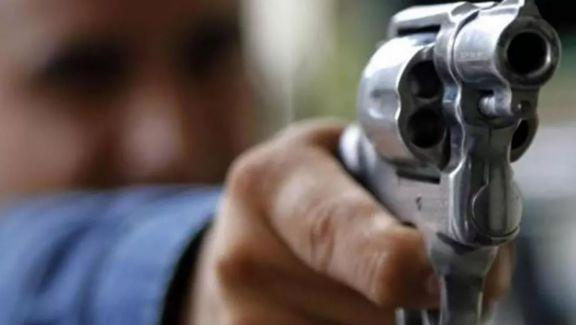 Buscan en Gobernador Roca a un hombre que disparó en la cabeza a su hermano y a otro hombre