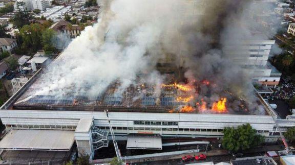 Feroz incendio en un hospital de Santiago de Chile: trabajan unas 40 dotaciones de bomberos