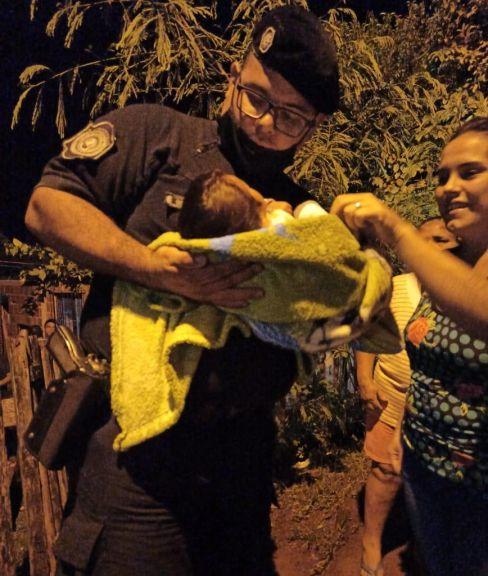 Policía asistió a bebé que se ahogó con leche y le salvó la vida