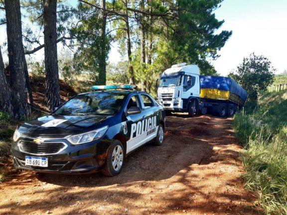 Dos camioneros repletos de soja fueron detectados eludiendo controles por caminos terrados