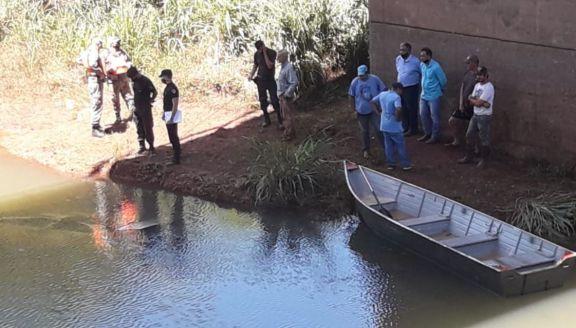 Trabajan en el rescate del cuerpo del joven que despistó y terminó con su automóvil en un arroyo