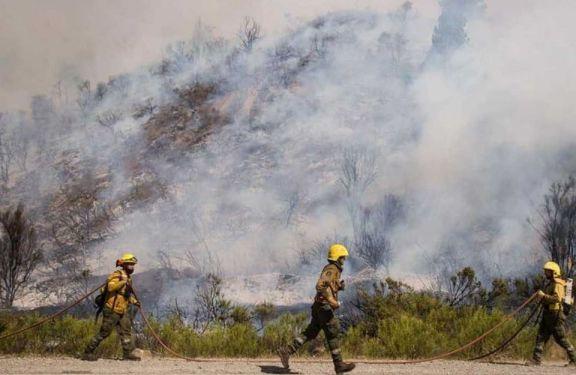 Alivio en El Bolsón: logran contener las llamas en la ladera oeste del cerro Piltriquitrón