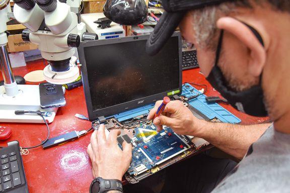 Pedidos desbordantes para arreglar computadoras por el inicio escolar