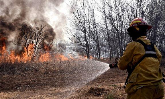 Tres provincias mantienen focos activos de incendios forestales