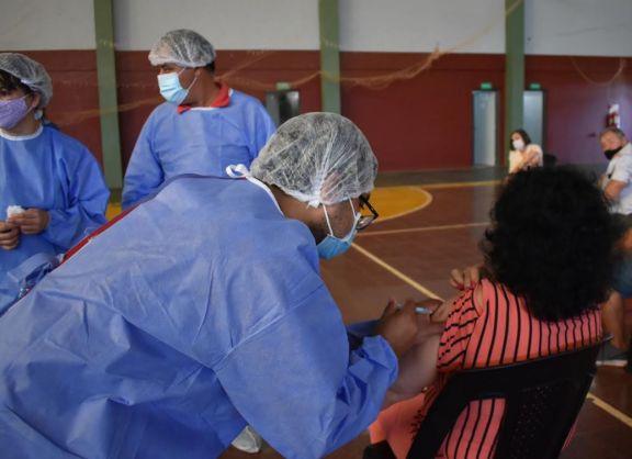 Malestar en el centro de vacunación de Posadas por docentes que no se pudieron vacunar