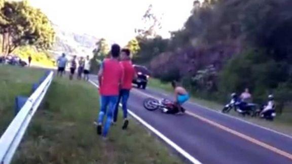 Menor corría picada sin casco, despistó y está grave