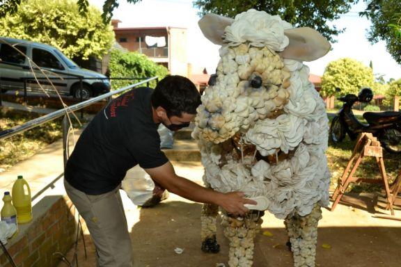 Capioví comenzó el montaje del decorado con el que recibirá a los turistas en Semana Santa