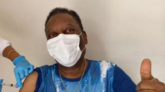 """Pelé se vacunó contra el coronavirus y pidió """"disciplina"""" para preservar las vidas"""