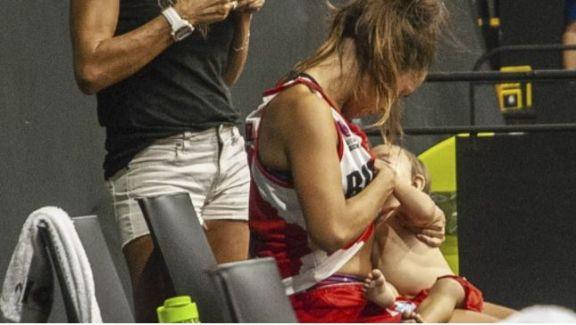 Una basquetbolista argentina amamantó a su bebé en un entretiempo y su imagen recorrió el mundo