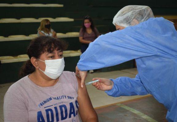 Continúa  la vacunación en el polideportivo municipal de Jardín América