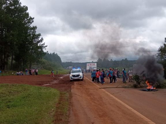 Manifestantes cortan la ruta 14 en la localidad de Campo Viera