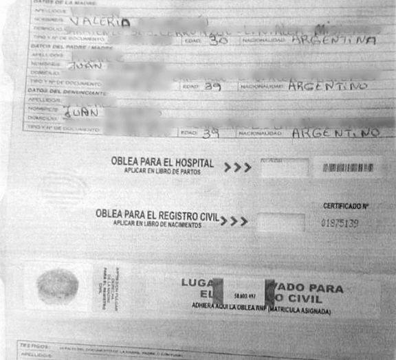 La policía que entregó a su bebé apunta a la clínica privada