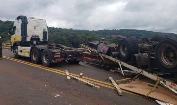 Camión despistó en el puente sobre el arroyo Cuña Pirú