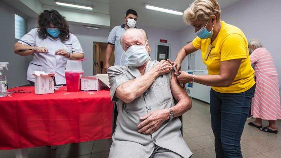 Con otro lote de Sputnik se retomará la vacunación a los mayores de 65 años