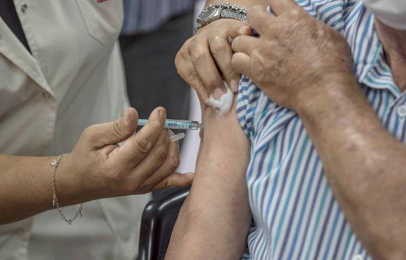 Vacunas: mañana habilitarán los turnos para mayores de 65