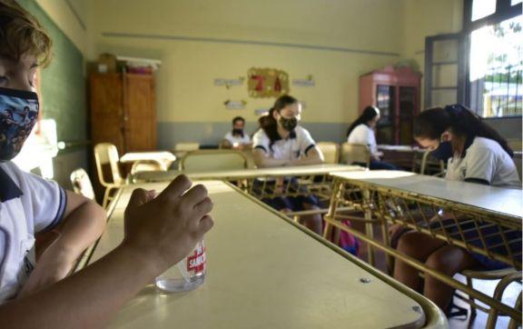 """Los alumnos y el primer día de presencialidad: """"nos tenemos que saludar con codazos cariñosos"""""""