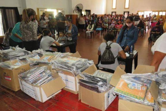Puerto Libertad: entrega de 2.500 kits escolares para alumnos primarios y secundarios