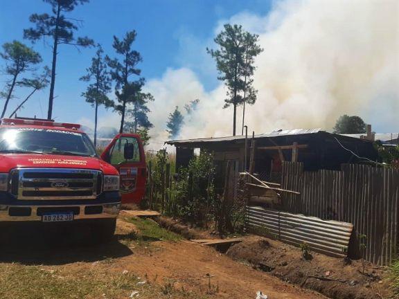 La quema intencional de basura y pastizales puso en riesgo a un asentamiento de Candelaria