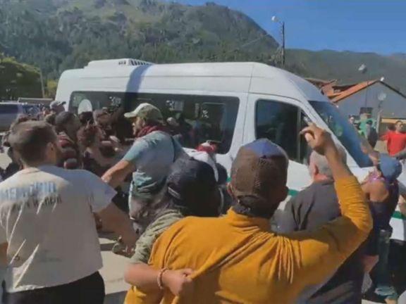 Manifestantes atacaron a piedrazos la combi del presidente en su recorrida por Chubut
