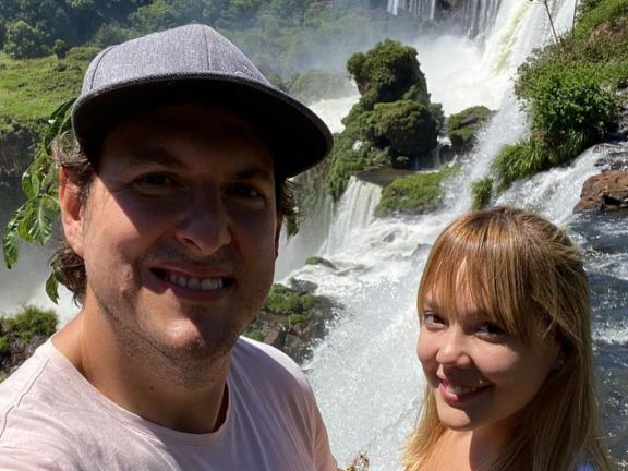 Andrés Parra, el actor que interpretó a Pablo Escobar, disfruta de su paseo por las Cataratas