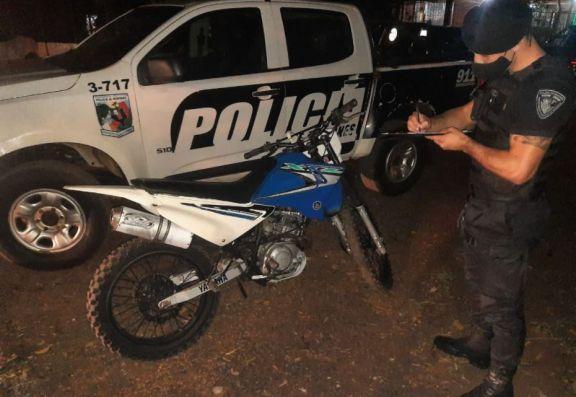 Abandonó una moto y una mochila con casi kilo de marihuana en Posadas