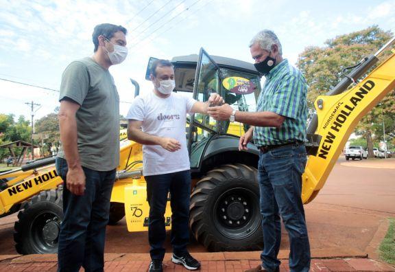 Herrera Ahuad entregó maquinaria vial y supervisó obras en Concepción de la Sierra