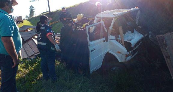 Quedaron atrapados en el camión tras despistar en la ruta 14