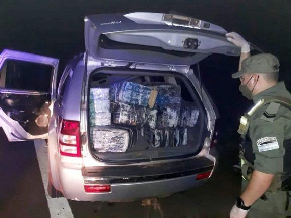 Hallan camioneta abandonada cargada con 570 kilos de droga
