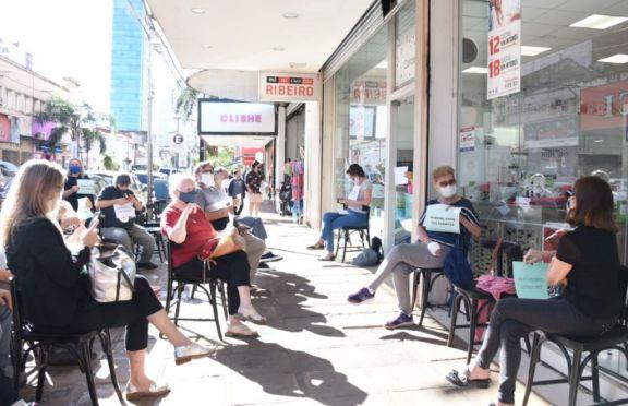 Empleados y socios de la Biblioteca Popular de Posadas realizaron una sentada en reclamo por sus sueldos