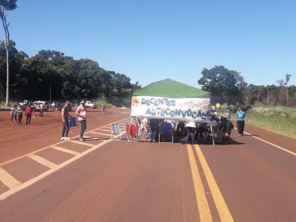 Docentes autoconvocados bloquean totalmente la ruta 12 en Puerto Esperanza