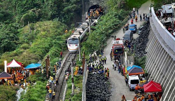 Taiwán: al menos 48 muertos y 60 heridos tras descarrilar un tren