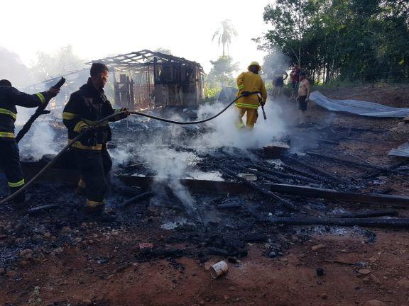 Incendio de una vivienda dejó en la calle a un hombre en Villa Unión