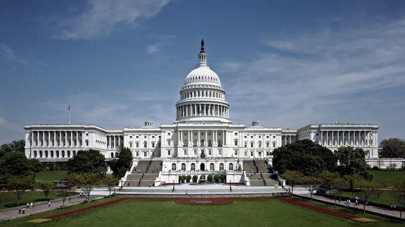 Cierran el Capitolio tras un ataque vehicular con dos agentes heridos