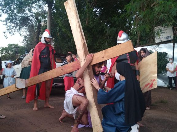 Iguazú: Turistas acompañaron el Vía Crucis en el centro de la ciudad