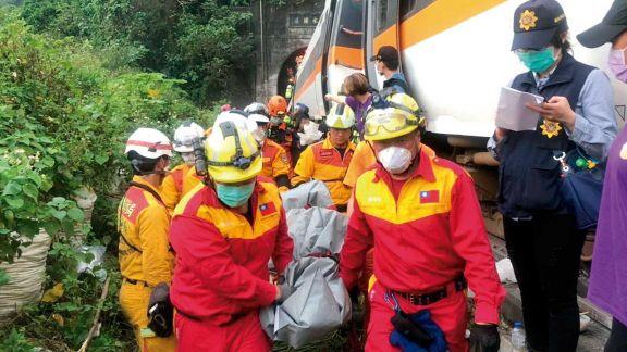 Al menos 50 fallecidos tras descarrilar un tren en Taiwán
