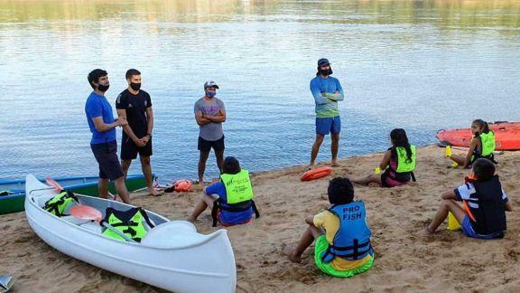 Escuela de kayak realizó su primera bajada al río