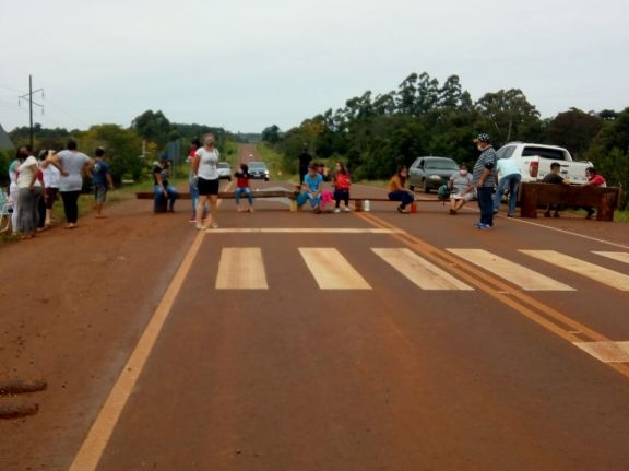 Pozo Azul: padres intensifican medida; ahora cortan la ruta pidiendo nuevo edificio escolar
