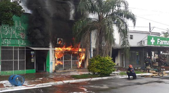 Ituzaingó: gran incendio consumió dos locales comerciales