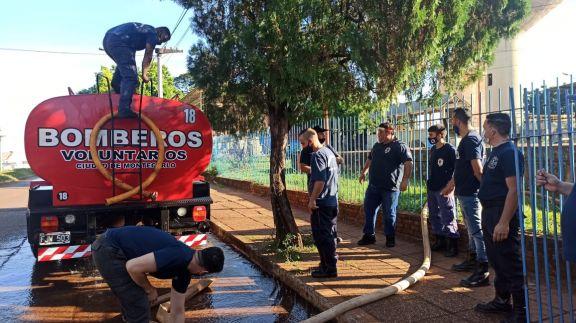 Crisis del agua en Iguazú: bomberos de Montecarlo y San Pedro colaboran para abastecer a la población