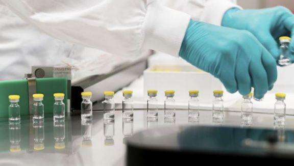 La UE investiga efectos adversos de la vacuna de Janssen y AstraZeneca retrasa entregas