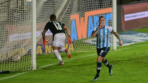 Racing venció a Independiente en el final con un penal polémico